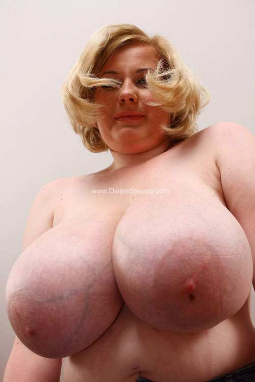 bra big Divine breasts